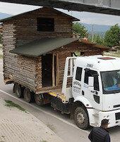 Evi kamyonla taşıdılar