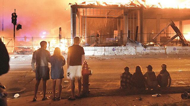 Minneapolis'i yaktılar: Irkçı cinayet sonrası şehri savaş alanına çevirdiler