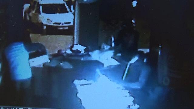 Yüzü maskeli 4 şahsın telefon mağazası soygunu kamerada