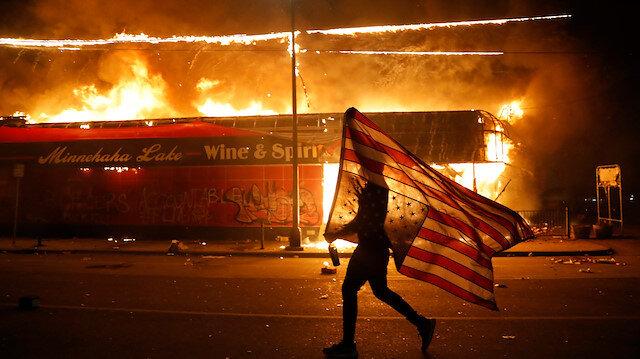 ABD'de polis şiddetine öfke dalga dalga büyüyor: Polis karakolu ateşe verildi
