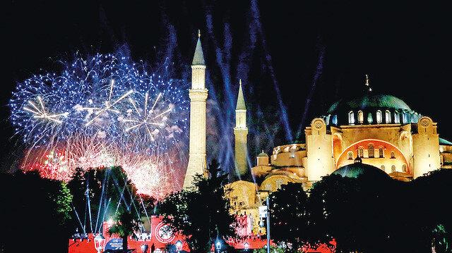 Ayasofya'da fetih gecesi: Tarihi gecede Fetih Suresi okundu ve dua edildi