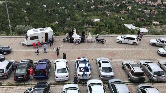 'Yeni normal' düğün: Davetliler araçlarında gelin ve damat pistte oynadı