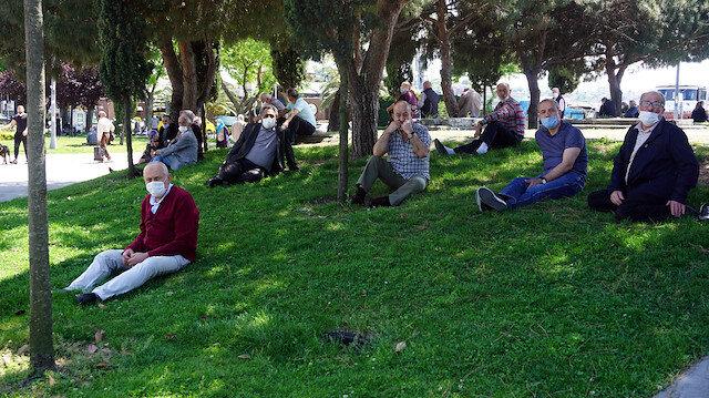 65 yaş üstü vatandaşlar güzel havanın tadını çıkarıyor