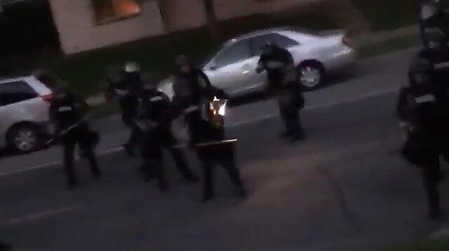 Sokaklara inen Amerikan polisi, evinden tepki gösterenlere plastik mermiyle ateş etti