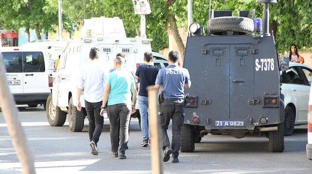 Polis memurunu şehit eden zanlının yanında bulunan 2 kişi teslim odu