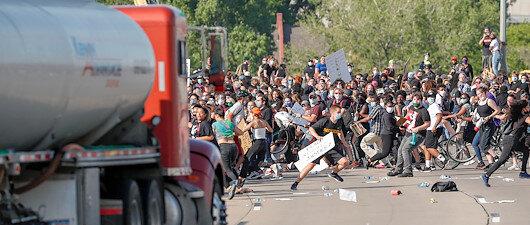 Protestoculara tankerli saldırı