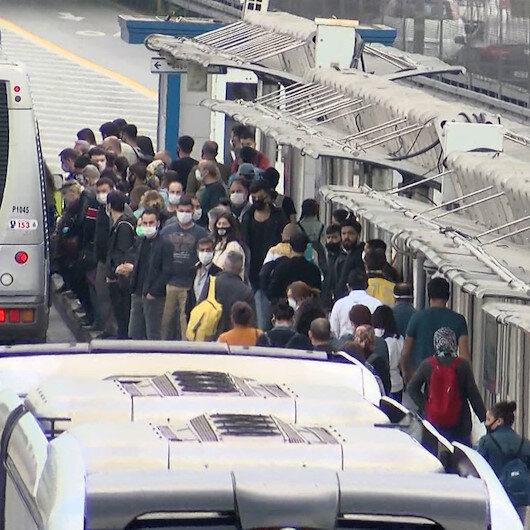 İstanbulda Yeni normal in ilk günü hem metrobüste hemde araç trafiğinde yoğunluk yaşandı