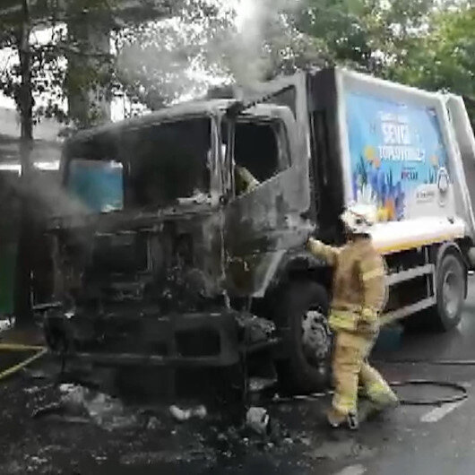 Küçükçekmecede çöp kamyonu alev alev yandı