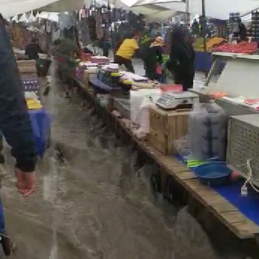 Arnavutköyde semt pazarını su bastı