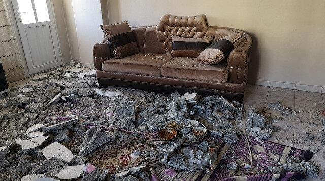 Evin tavanında göçük oluştu, sıva parçaları salonda oynayan kardeşlerin üzerine düştü