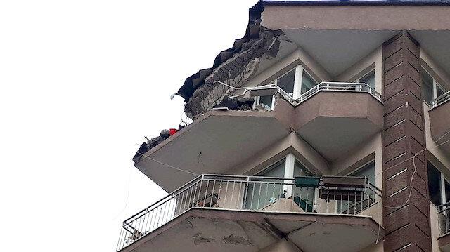 İstanbul Güngören'de beş katlı binanın terasının bir kısmı çöktü
