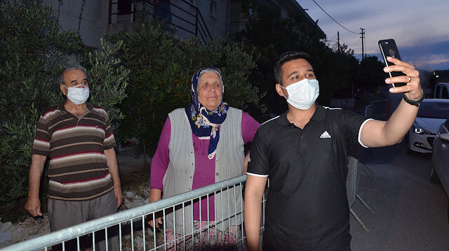 Terhis olan askerden karantinadaki babaanneyi ağlatan sürpriz
