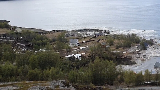 Norveç'te toprak kayması: Evlerin toprağa gömüldüğü anlar kamerada