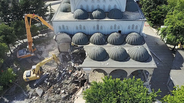 Depremde hasar gören caminin yıkımına başlandı