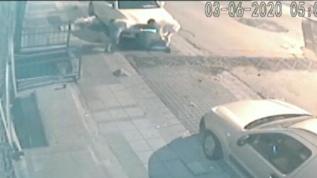 Sokak ortasında dövdükleri adamı gasp ettiler