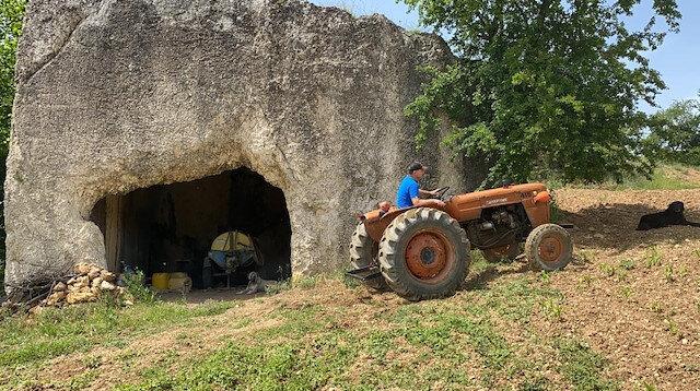 2 bin yıllık mezar odasını depo olarak kullanıyor