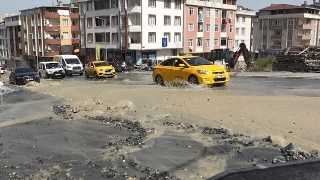 Esenyurt'ta İSKİ borusu patladı: Yollar göle döndü, iş yerlerini su bastı