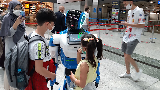 Sabiha Gökçen Havalimanı'ndaki yolculara yardımcı olması için 'Aerobot' da katıldı