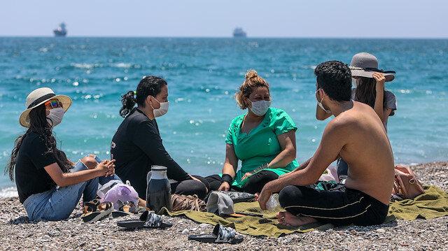 Dünyaca ünlü sahilde sosyal mesafeli kalabalık