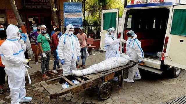 Hindistan'da koronavirüs: Cesetler hastane koridorlarında bekliyor