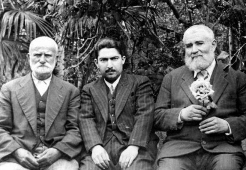 Mustafa Düzgünman (ortada) büyük dayısı Necmettin Okyay ve Hafız Eşref Efendi.