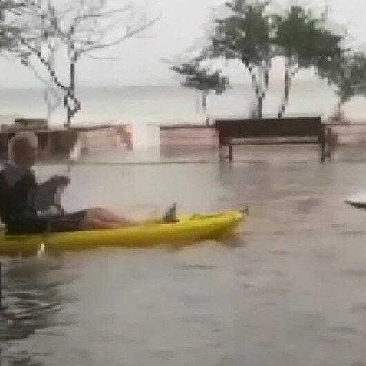 Göle dönen caddede kanoyla gezdi