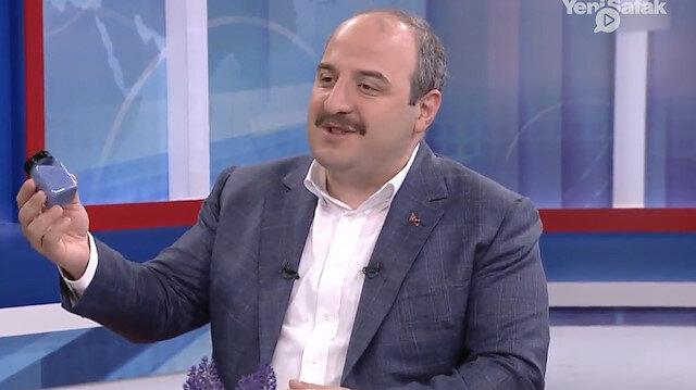 Bakan Varank, 'şimdi size bir ürün getirdim' deyip çantasından çıkardı: Bu renkli tanecikler Çin'den tedarik edilemeyince Türkiye'de üretildi