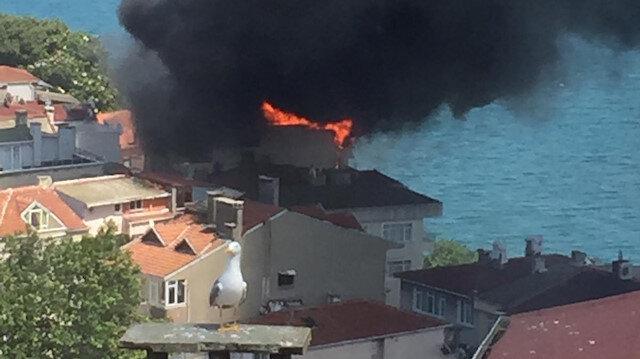 İstanbul Sarıyer'de yalının çatısı alev alev yandı