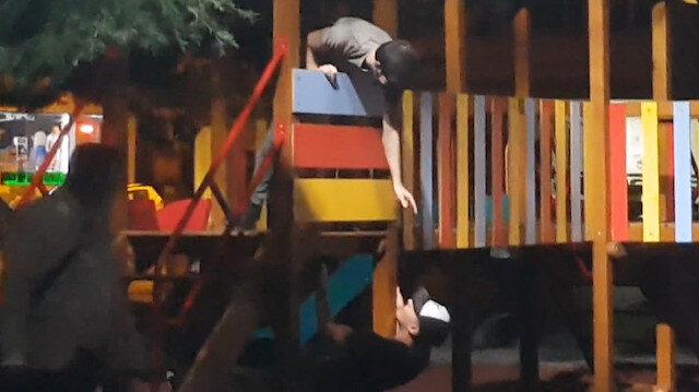 Çocuk parkında tehlikeli oyun: Maskeyi gözlerine takıp körebe oynadılar