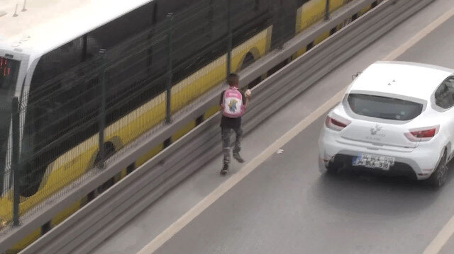 Metrobüs durağında küçük çocuğun tehlikeli oyunu: Ekipleri görünce E-5'e indi