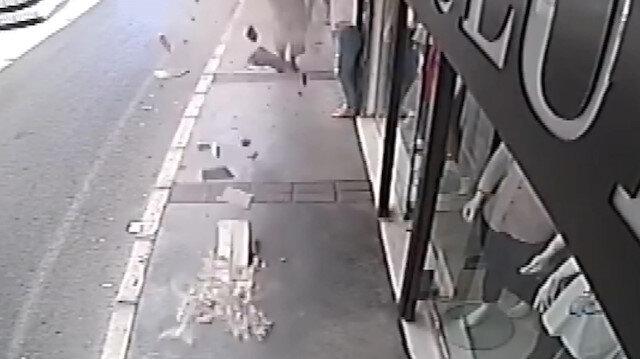 Kaldırımda yürüyen adam hayatının şokunu yaşadı: Üzerine düşen beton parçalarından son anda kurtuldu