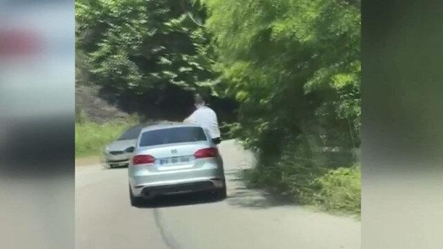 Seyir halindeki otomobilin camından sarkan vatandaş ölüme davetiye çıkarttı