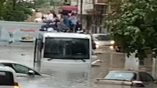 Göle dönen yolda minibüsün üzerinde mahsur kaldılar