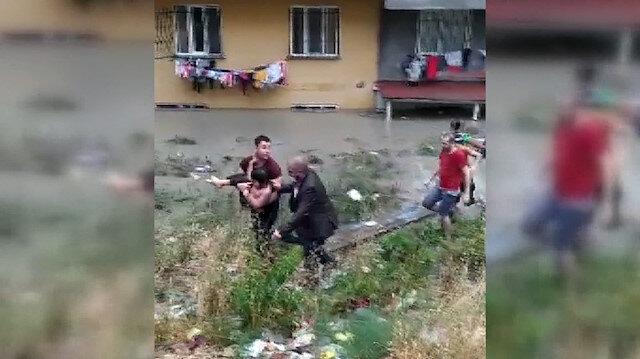 Esenyurt'ta sel nedeniyle mahsur kalan çocuğa vatandaşlar yetişti
