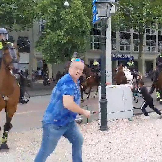 Hollandada atlı polislerin müdahale ettiği protestocular ezilmekten son anda kurtuldu