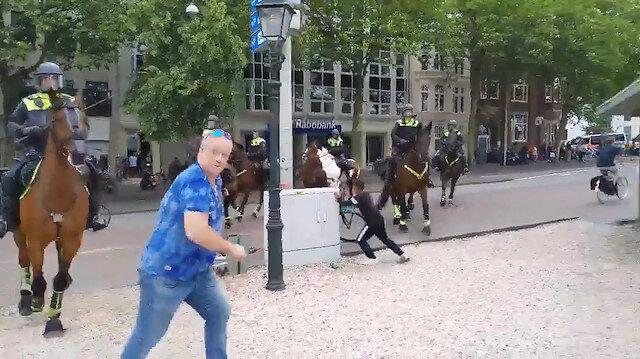 Hollanda'da atlı polislerin müdahale ettiği protestocular ezilmekten son anda kurtuldu