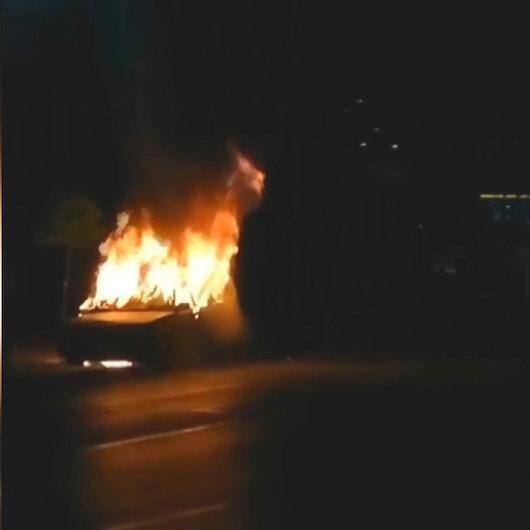 İzmir'de park halindeki araç yanarak küle döndü
