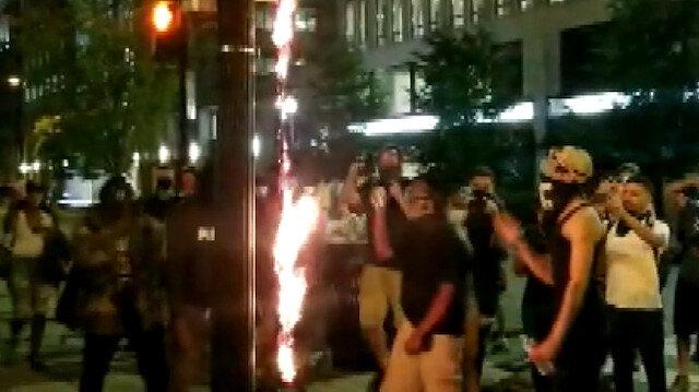 ABD'de tansiyon düşmüyor: Beyaz Saray'ın karşısında Amerikan bayrağı yaktılar