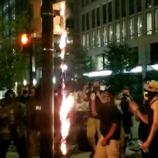 ABDde tansiyon düşmüyor: Beyaz Sarayın karşısında Amerikan bayrağı yaktılar
