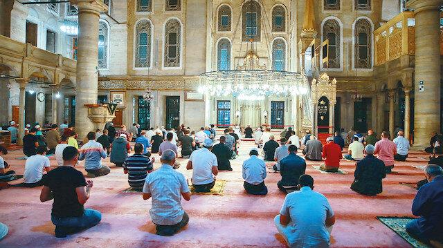 Cemaatle ilk sabah namazı: Camiler üç ay sonra sabah namazı için cemaate kapılarını açtı