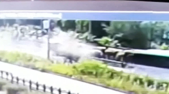 İki kişinin hayatını kaybettiği feci kaza kamerada: Karşı şeritten gelen araçla kafa kafaya çarpıştı