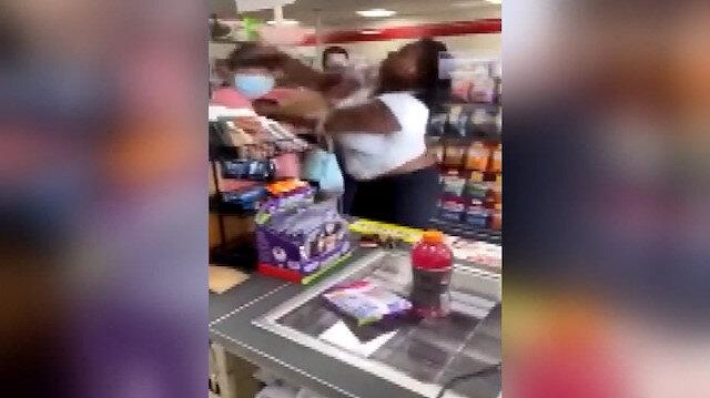 Siyahi kadın kendisine 'negro' diyen kadını yumrukla yere serdi