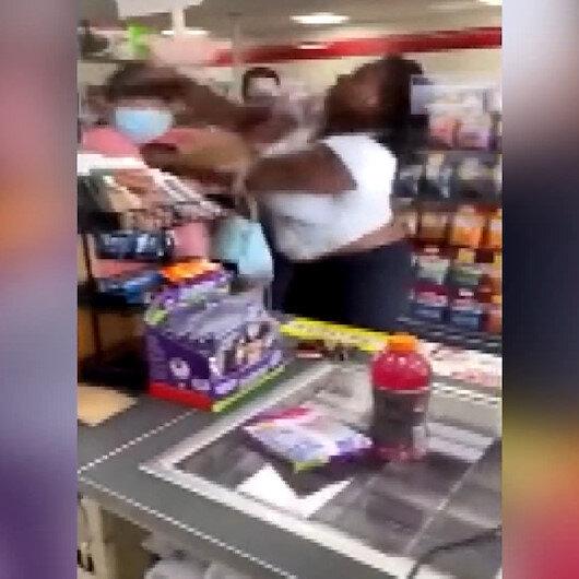 Siyahi kadın kendisine negro diyen kadını yumrukla yere serdi