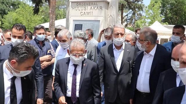 Kayseri'de ismini taşıyan camide cuma namazını kılan Hulusi Akar'a sevgi seli