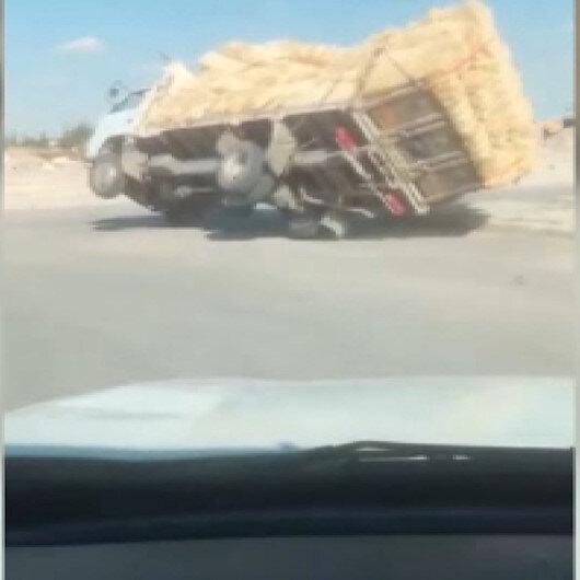 Karamanda aşırı saman yüklü kamyonet devrildi: O anlar kameraya yansıdı