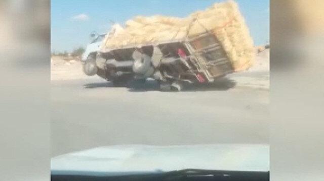 Karaman'da aşırı saman yüklü kamyonet devrildi: O anlar kameraya yansıdı