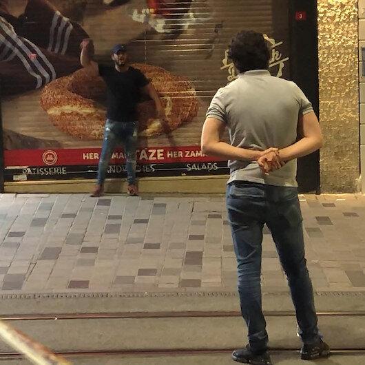 İstiklal Caddesinde panik anları: Elinde kesici alet olan bir şahıs önce çevreye daha sonra kendine zarar verdi