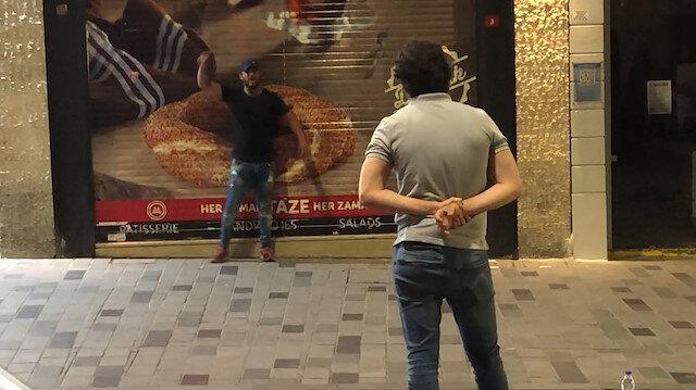 İstiklal Caddesi'nde panik anları: Elinde kesici alet olan bir şahıs önce çevreye daha sonra kendine zarar verdi