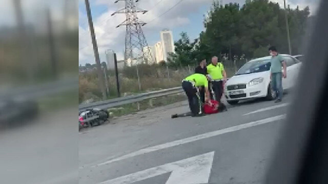 Emniyet şeridinde ilerleyen motosikletliye arkasından gelen otomobil çarptı