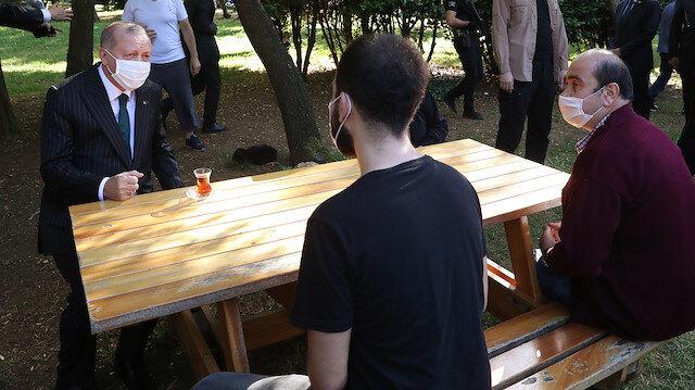 Cumhurbaşkanı Erdoğan maskesini taktı, vatandaşlarla çay içti